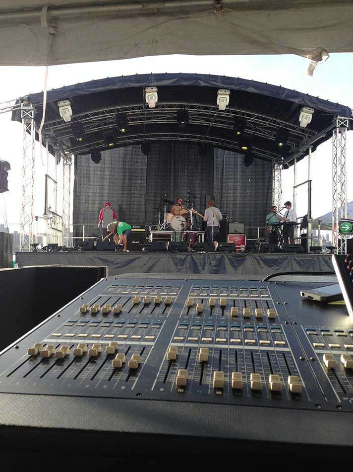Outdoor-mobile-staging-with-Truss-and-AV